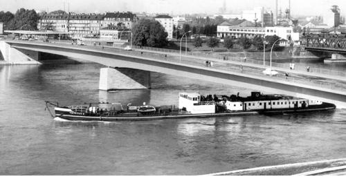 De INTRITAS II, afvarend onder de verkeersbrug van Kehl. Let ook eens op de douanepost aan de Duitse zijde van de brug.