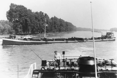 Het sleeptankschip SCALDIA is op de Bovenrijn uit haar roer gelopen en gestrand. Aan de TREKVOGEL de taak haar weer los te krijgen. Foto: Archief Arie Lentjes.