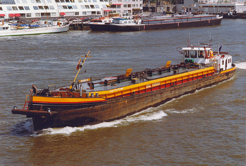 Het motortankschip VOLHARDING VIII, afvarend ter hoogte van het voormalige Tropicana. Wat opvalt is dat het schip ook is uitgerust met een duwsteven. Foto: Leo Schuitemaker - met dank.