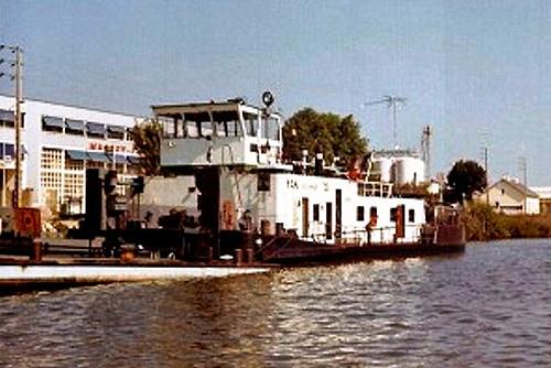 De duwboot YAK (ex. STORMVOGEL), ligt te lossen aan een olieterminal aan de Rhône. Foto: Archief Arie Lentjes.