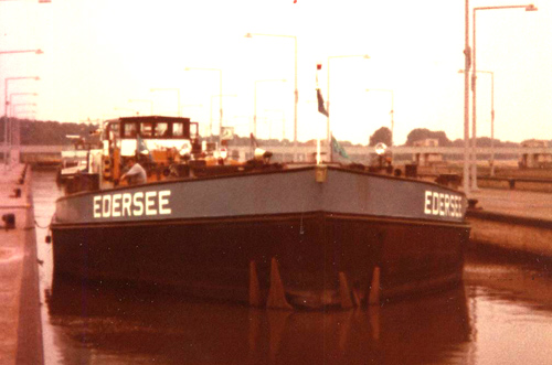 Het motortankschip EDERSEE, afvarend in een van de sluizen van op de gekanaliseerde Boven-Rijn. Foto: Archief: Arie Lentjes.