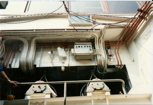 Een foto genomen vanaf de fundaties van de hoofdmotoren. Wat vooral opvalt zijn de aandrijvingen van de pompen. Geheel bovenaan de foto de ramen van de achterzijde van de stuurhut.