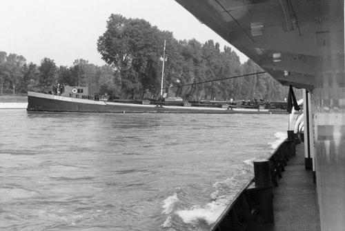 De motorsleepboot TREKVOGEL ligt volaan te tornen aan het sleeptankschip SCALDIA. Foto: Arie Lentjes.