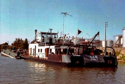 De duwboot YAK (ex. STORMVOGEL), ligt te lossen aan een olieterminal ergens langs de Rhône. Foto: Archief Arie Lentjes.