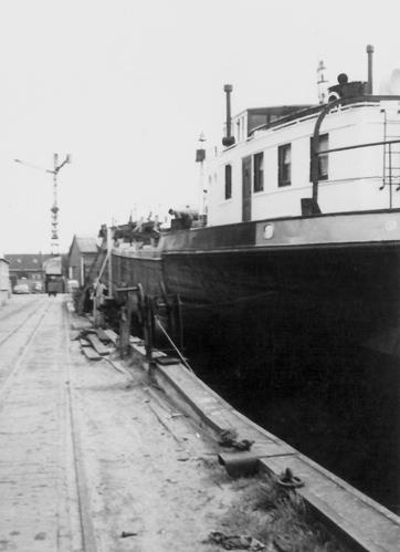 Het motortankschip ANDALUSIA, tijdens haar verlenging op de helling bij Van der Giessen en Van Noord (1964).