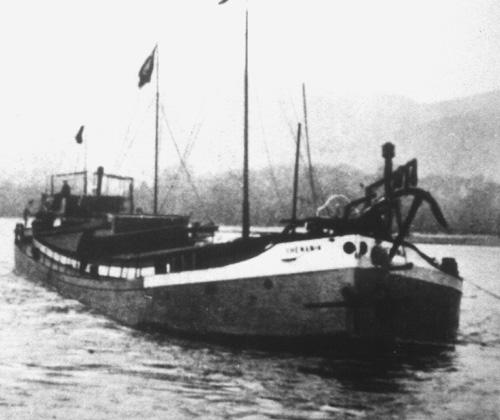 De eersteling van het Van Ommeren concern. Het sleeptankschip RHENANIA, voor anker in Ludwigshafen.