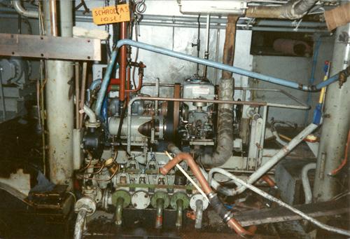 De (voormalige) machinekamer van de SARINIA. Kennelijk werd het tijd dat het schip naar de sloop ging want een van de schroefassen was al niet meer bruikbaar.