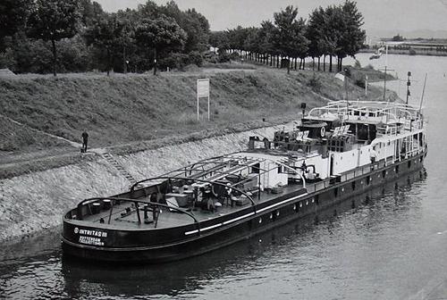 De INTRITAS in de haven Straatsburg, net boven de Petroleumbrug. Archief: Arie Lentjes.