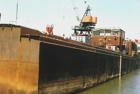 De, inmiddels gehalveerde DIX-H bij Scheepssloperij Handelsonderneming Stolks in Hendrik Ido Ambacht voor de kant.