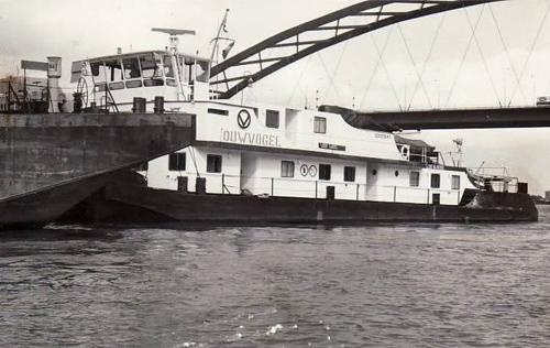 De DUWVOGEL, afvarend onder de Van Brienenoordbrug. Foto: Archief Arie Lentjes.