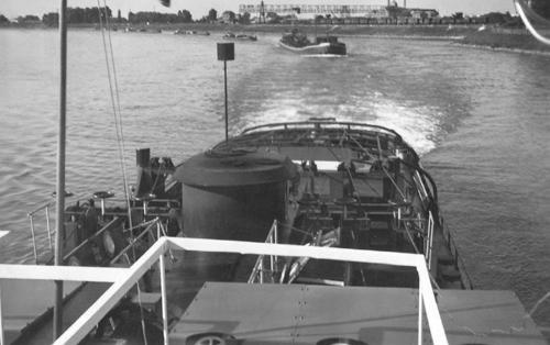 De motorsleepboot INTRITAS III, opvarend met vier geladen tankschepen ter hoogte van .........