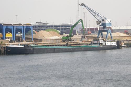 Het beunschip DEMAT (ex. ALBISIA) aan de loswal in de Brittaniahaven in de Europoort (14-05-2009).