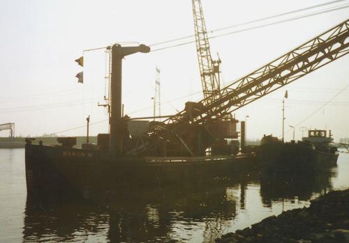 De voormalige ANDALUSIA, samen met het motorschip ALMERI, aan de zandoverslag op het Spui, begin jaren negentig. Foto: H.W. Lentjes.