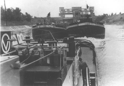 Met de lege sleeptankschepen NERVIA en NASSOVIA, beneden de sluis van Kembs. Foto: Archief Arie Lentjes.
