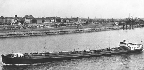 De AQUITANIA op 31 april februari 1957, kort na de officiële overdracht, afvarend ter hoogte van Duisburg.
