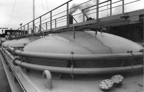 Van tanker tot cementschip. De voormalige AETOLIA ligt als BLUE CIRCLE ENTERPRISE te wachten op haar eerste proefvaart. Foto: Archief Arie Lentjes,