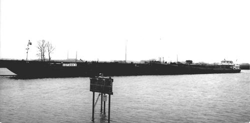 Het motortankschip AQUITANIA, met de tankduwbak VOTANK 8, samen voor de sluis van Wemeldinge.