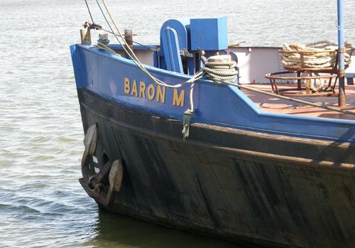 De BARON M van Mijnster, op haar vaste ligplaats op de Oude Maas, in 2008. Wie herkent hier niet een oud Van Ommeren kopje in.