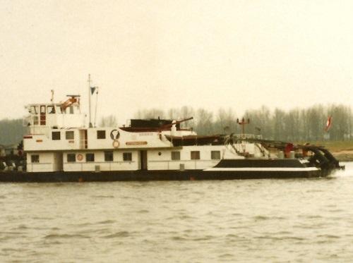 De duwboot STORMVOGEL, in de opvaart op de Waal.