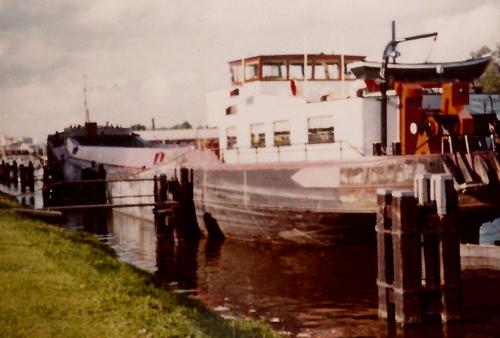 Het beunschip CORINA B, op een voor ons onbekende locatie. Foto: C. Steentjes - met dank.