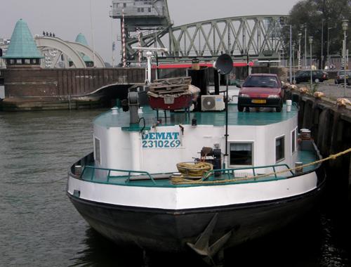 Het beunschip DEMAT in de Koningshaven (Rotterdam) op 19-09-2009. Op de achtergrond de Koningshavenbrug en Het Hef.