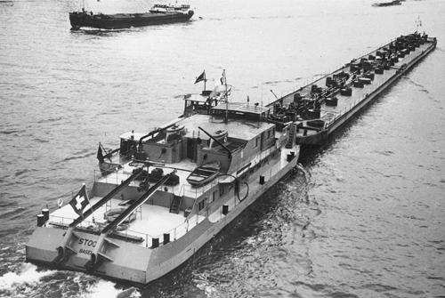 De duwboot STOOS, met twee geladen duwbakken in de opvaart.