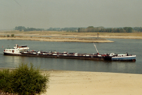 Het motortankschip MAGNOLIA, opvarend op de Waal. Foto: Leo Schuitemaker - met dank.