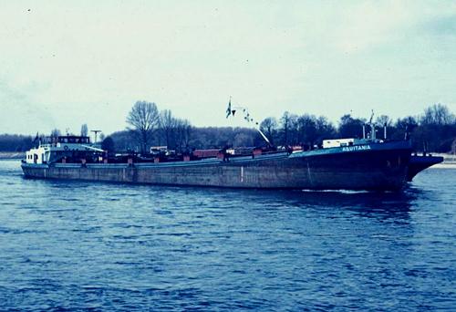 Het motortankschip AQUITANIA, met de tankduwbak VOTANK 8 langszij, afvarend ergens op de Boven-Rijn.