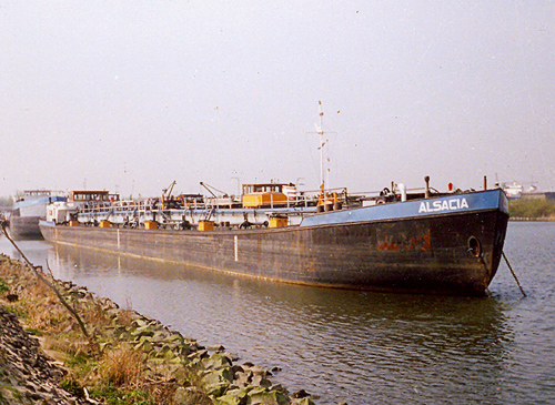 Het motortankschip ALSACIA, wachtend op de slopershamer in de voormalige Insteekhaven van Moerdijk. Foto: H.W. Lentjes.
