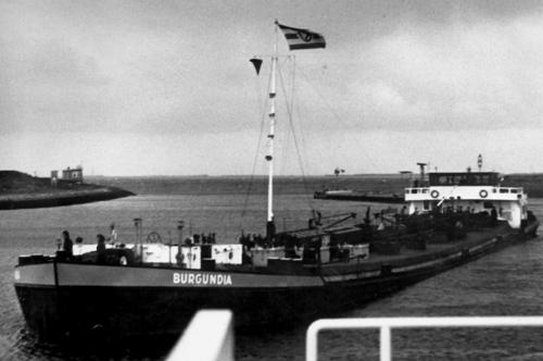 Het motortankschip BURGUNDIA voor de sluis van Wemeldinge.