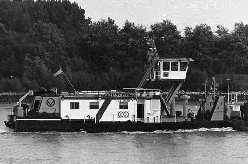 De KRAANVOGEL, zo te zien in de afvaart op de Oude Maas, met één geladen tankduwbak.