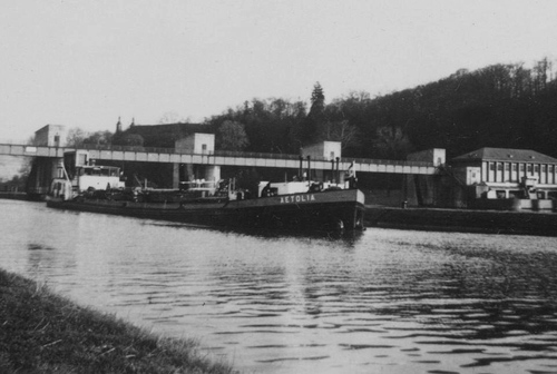 Het motortankschip AETOLIA, opvarend op de Main.