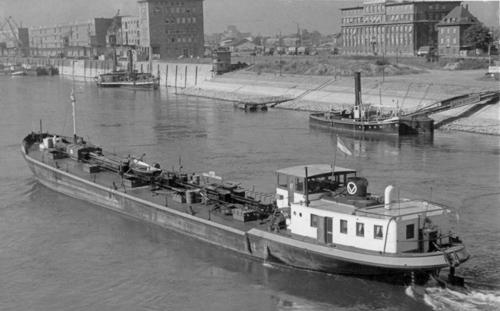 Het motortankschip ALBANIA, afvarend in Mannheim aan de Faules Eck en de Mannheimer Pegel. Foto: Archief W. Bosman - met dank.
