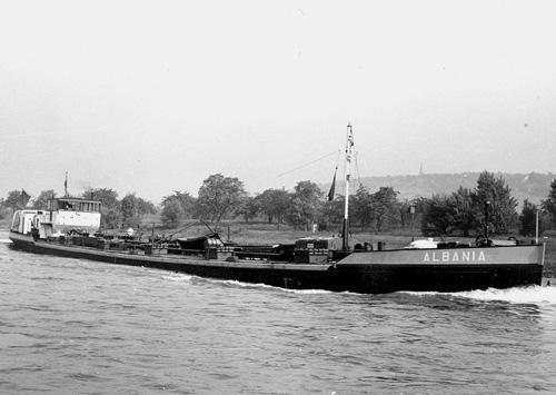 Het motortankschip ALBANIA, opvarend boven Bingen. Archief: Arie Lentjes.