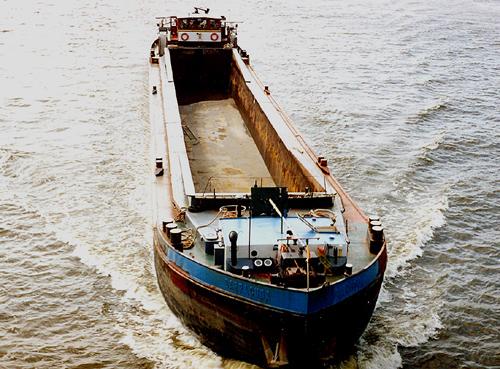 Het beunschip BARRACUDA, afvarend ter hoogte van Sliedrecht. Foto: Willem Keizer - met dank.