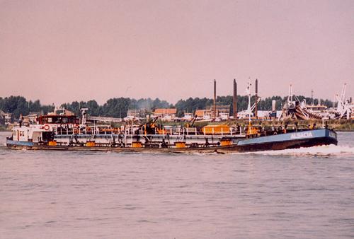 Het motortankschip ALSACIA, ter hoogte van s Gravendeel. Foto: Archief Arie Lentjes