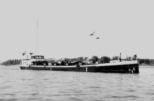 Het motortankschip AMISIA, op waterstand geladen, opvarend op de Oude Maas boven Spijkenisse.