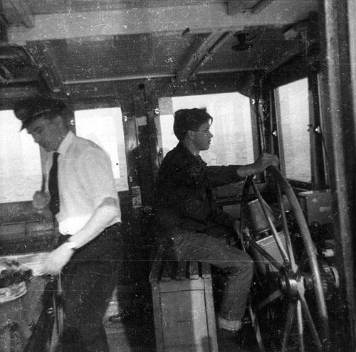 De ARMENIA kwam in 1957 in de vaart met een voor die gangbare stuurhut. Helaas hebben we niet kunnen achterhalen wie de jongen achter het haspel is en wie hier de kapitein is. Mocht iemand hier het antwoord op weten houden wij ons aanbevolen. Foto: Archief Arie Lentjes.