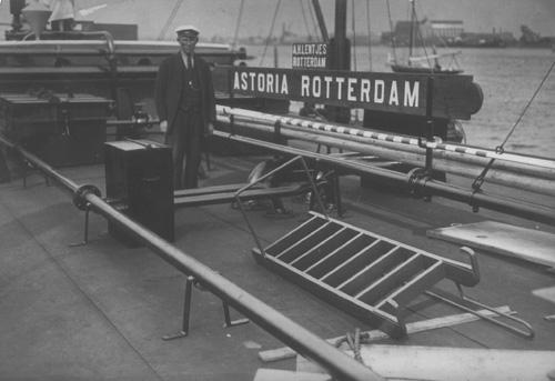 Schipper A.H. Lentjes, beter bekend als 'Ome Bart', aan boord van de ASTORIA.