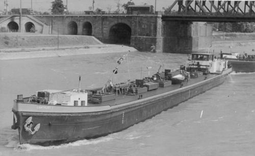 Het motortankschip CENTRUST I, afvarend beneden de spoorbrug van Mannheim (kmr. 424) met een sleepschip van de Bayerische Lloyd (BL) in aanhang. Foto: Archief Phs. van Ommeren.
