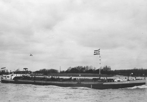Het motortankschip CURIA, opvarend op de Waal. Foto: Archief Arie Lentjes.