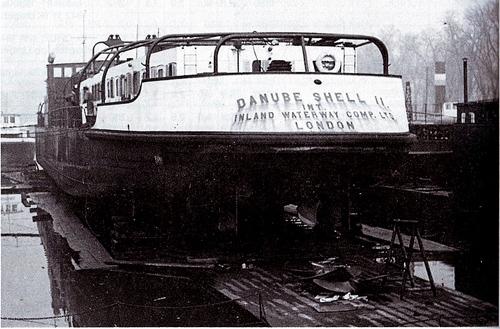 De DANUBE SHELL II, tijdens een dokbeurt. Het is moeilijk vast te stellen waar en wanneer deze foto gemaakt is. Het lijkt erop dat het ergens in Nederland is geweest, maar het kan net zo goed op de Donau zijn geweest. Foto: Archief Arie Lentjes.