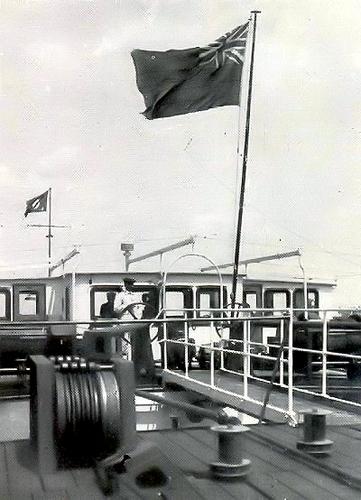 De DANUBE SHELL III, met de 'Union flag' nog vier in de mast.
