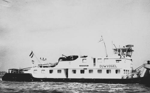 Na de relatief kleine STORMVOGEL heeft Van Ommeren nu ook een 'grote' boot in de vaart. Deze foto werd gemaakt ter ere van de eerste reis van de DUWVOGEL. Foto: Archief Van Ommeren - met dank.