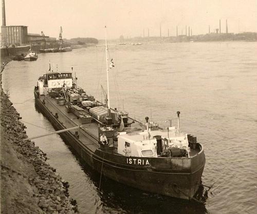 Het motortankschip ISTRIA ligt voor anker boven Mannheim, de bestemming is de BASF in Ludwigshafen om te lossen. Het schip heeft een deukje in de boeiing.