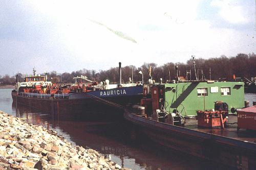 De RAURICIA, met de tankduwbak SILEZIA, aan het Stadspark in Ludwigshafen.