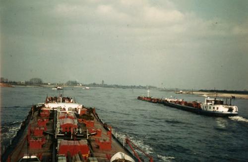 Het motortankschip SARINIA, opvarend onder Tiel, met een omgebouwd sleeptankschip voor de kop. Deze foto werd genomen vanaf de AQUITANIA, die een originele bak duwt. Foto: J. Coppoolse - Archief Arie lentjes.
