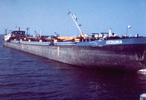 Het motortankschip SEDUNIA, waarschijnlijk ergens op de Zeeuwse stromen. Foto: J. den Ouden - met dank.