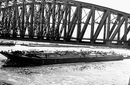 De duwboot STORMVOGEL met de tankbakken VOTANK 9 en VOTANK 10, tijdens de technische proefvaart onder de oude Maasbruggen.