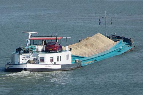 Na een lang leven als tankschip, en daarna nog langer als beunschip; nog altijd in de vaart. Hier vaart het beunschip HELENA (ex. ALBISIA) met een volle lading droog zand. Foto: Archief Arie Lentjes.